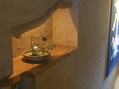 廊下にある生け花