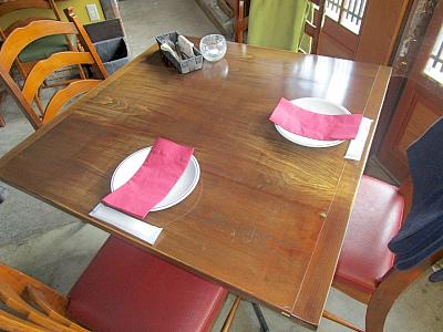 内装 テーブル席