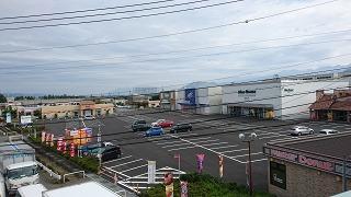 インターチェンジ前のショッピングモール
