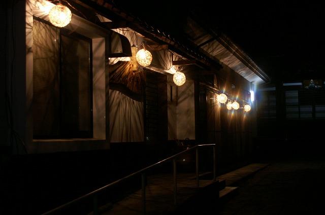 太子堂参道の吊りランタン