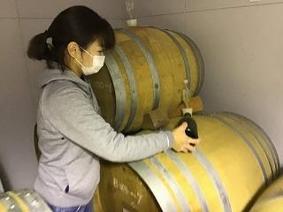 ワイン樽と佐藤さん